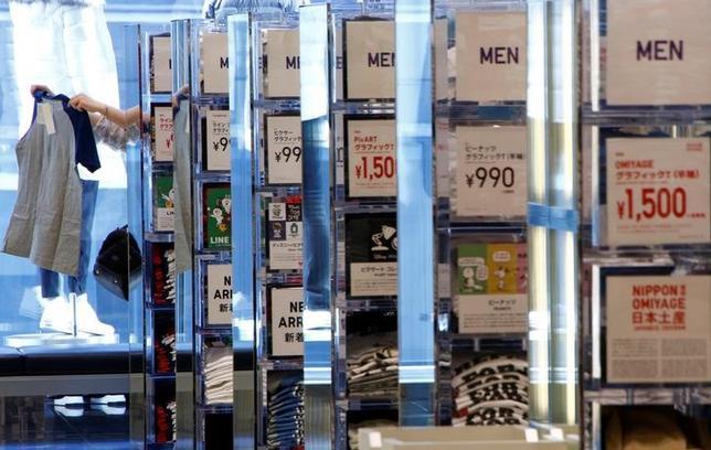 5月2日、ファーストリテイリング は、4月の国内ユニクロ既存店売上高が前年比6.2%増加したと発表した。写真はユニクロ都内店舗で1月撮影(2017年 ロイター/Kim Kyung-Hoon)