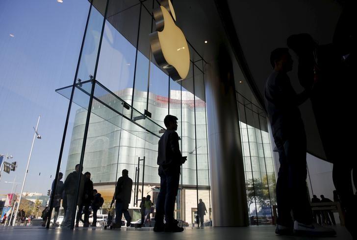 资料图片:2015年11月,中国北京,苹果门店的公司logo。REUTERS/Kim Kyung-Hoon