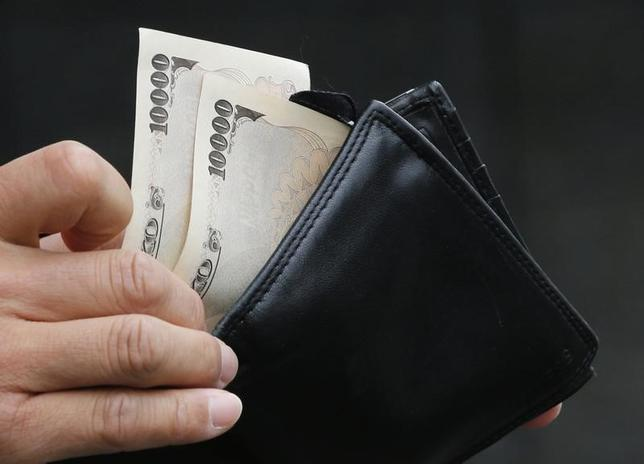 5月4日、フィッチ・レーティングスは、日本で消費増税が三度遅れた場合でも、政府が信頼性のある財政再建計画を策定する限り、それだけでは格下げにはつながらないとの見方を示した。写真は1万円札、2012年11月都内で撮影(2017年 ロイター/Kim Kyung-Hoon)