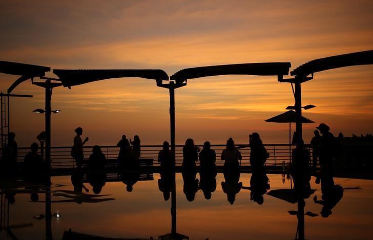 2017年4月20日,秘鲁利马Larcomar购物中心,人们在天台上观看日落。REUTERS/Mariana Bazo