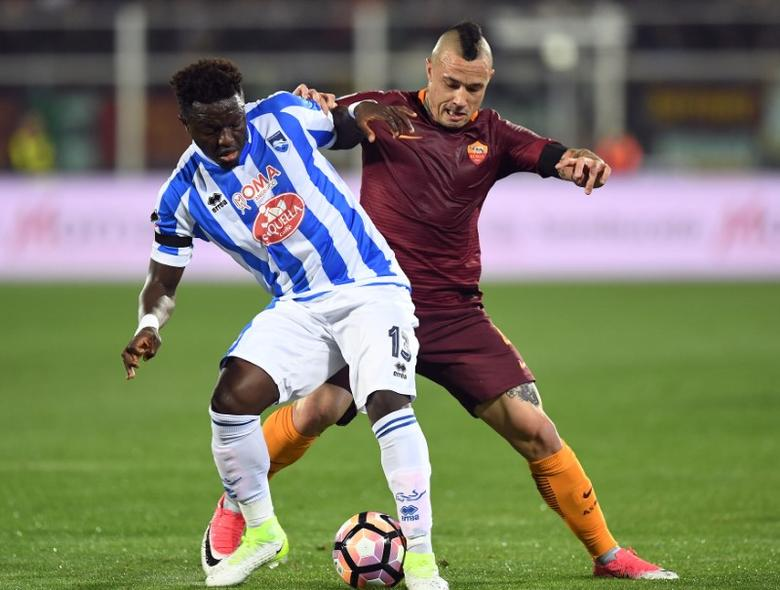 Football Soccer - Pescara v AS Roma - Italian Serie A - Adriatico-Giovanni Cornacchia Stadium, Pescara, Italy - 24/04/17  Pescara's Sulley Muntari and AS Roma's Radja Nainggolan in action . REUTERS/Alberto Lingria