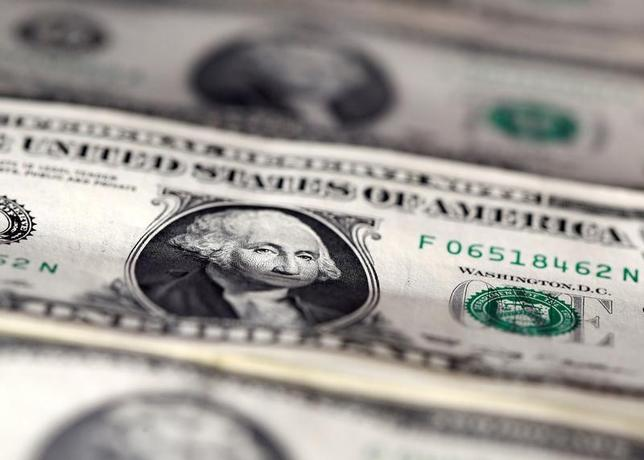 5月5日、米商品先物取引委員会(CFTC)が発表したIMM通貨先物の非商業(投機)部門の取組(5月2日までの1週間)によると、主要6通貨(円、ユーロ、ポンド、スイスフラン、カナダドル、豪ドル)に対する投機筋のドルのポジションは急減した。2016年11月撮影(2017年 ロイター/Dado Ruvic)