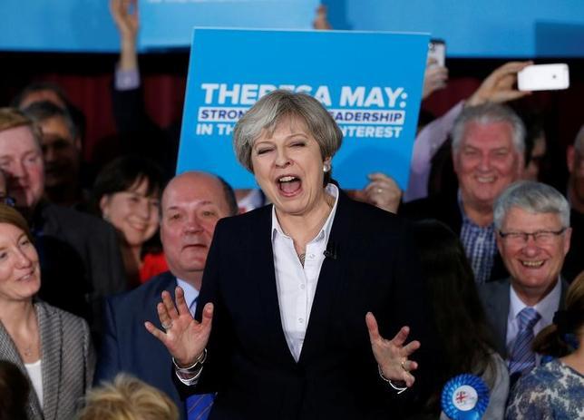 5月5日、英国で実施された地方選はの開票の結果、メイ首相率いる与党保守党が圧勝した。写真は1日、保守党メンバーに演説するメイ首相。ランカシャー西部オームスカークで撮影(2017年 ロイター/Andrew Yates)
