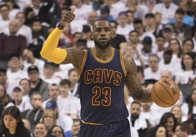 5月7日、NBAプレーオフのカンファレンス準決勝、東カンファレンス2位のキャバリアーズは同3位ラプターズに109─102で勝利を収め、無傷の4連勝でカンファレンス決勝進出を決めた。写真は35得点9リバウンドをマークしたキャバリアーズのレブロン・ジェームズ(2017年 ロイター/Nick Turchiaro-USA TODAY Sports)