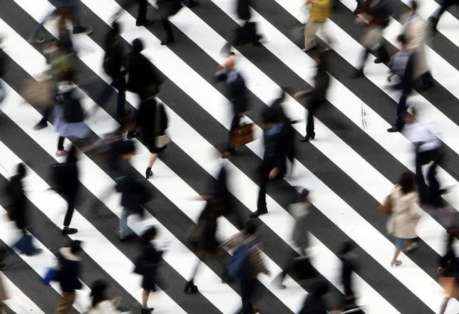 5月9日、厚生労働省が発表した3月の毎月勤労統計調査(速報)では、名目賃金に当たる現金給与総額が前年比0.4%減の27万7512円だった。実質賃金は0.8%減で、2カ月ぶりに減少した。写真は都内の交差点、2015年3月撮影(2017年 ロイター/Yuya Shino)