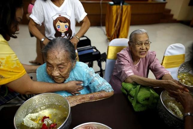 5月9日、国際通貨基金(IMF)はアジア太平洋地域の経済見通しで、アジア諸国に対し、人口高齢化について日本の経験から学び、早期に対策を講じるよう呼び掛けた。写真はタイのアユタヤにある老人ホームで昨年4月撮影(2017年 ロイター/Athit Perawongmetha)