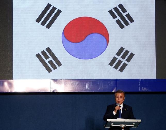 5月9日、韓国大統領選で最大野党「共に民主党」の文在寅(ムン・ジェイン)候補(写真)の当選が確実となったことを受け、米当局者は米韓の同盟関係が大幅に変わることはないとの見方を示した(2017年 ロイター/Kim Kyung-Hoon)