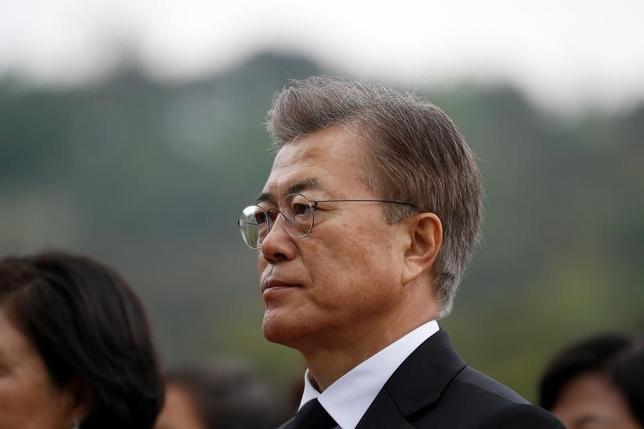 5月10日、韓国の文在寅(ムン・ジェイン)新大統領は、新政権の人事案を発表し、首相に全羅南道知事の李洛淵氏を指名した。写真は国立墓地である国立ソウル顕忠院で撮影(2017年 ロイター/Kim-Hong Ji)
