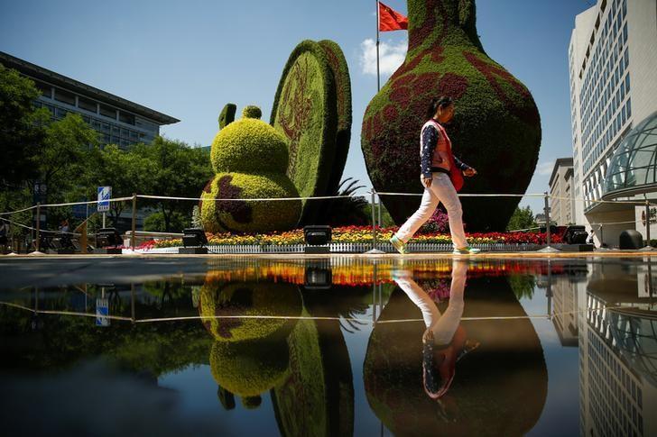 2017年5月10日,中国北京,行人经过街头的园艺展示区。REUTERS/Thomas Peter