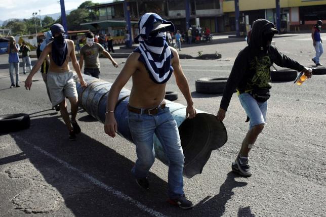 5月9日、ベネズエラで10日に予定されている反政府デモで、参加者らが従来の石や火炎瓶、催涙ガスに加え、治安部隊に「糞便攻撃」を仕掛ける準備をしていることが分かった。写真はバリケードを築くデモ参加者(2017年 ロイター/Carlos Eduardo Ramirez)