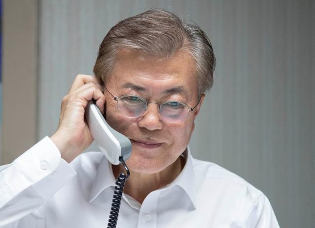 5月10日、トランプ米大統領と韓国の文在寅(ムン・ジェイン)新大統領は電話会談を行い、北朝鮮の核開発プログラムをめぐる問題の解決に向け緊密に連携していくことを確認した。韓国大統領府が明らかにした。写真はトランプ大統領と話すムン大統領。韓国大統領府提供(2017年 ロイター/Yonhap)