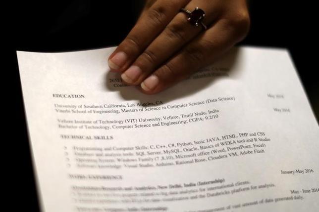 5月11日、米新規失業保険申請件数が予想外に減少した。写真はロサンゼルスの就職フェア会場で1月撮影(2017年 ロイター/Lucy Nicholson)