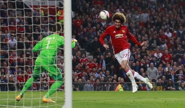 5月11日、サッカーの欧州リーグ準決勝の第2戦、マンチェスター・ユナイテッド(マンU、イングランド)はホームでセルタ(スペイン)と1─1で引き分け、2戦合計2─1で初の決勝進出。写真はマンUのマルアン・フェライニがゴールを決めた場面(2017年 ロイター)