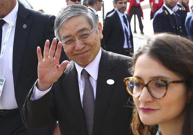 5月12日、黒田東彦日銀総裁(中央)は、7カ国財務相・中央銀行総裁会議(G7)に出席するため訪問中のイタリア・バリで、多額の不良債権を抱えるイタリアの銀行問題について、欧州の金融システム全体に影響を与えるリスクは大きくない、との認識を示した。記者団に語った。写真はイタリア・バリで撮影(2017年 ロイター/Alessandro Bianchi)
