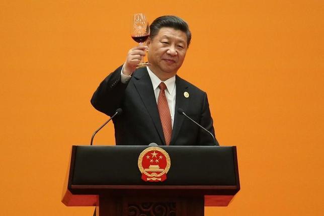 5月14日、中国が進めるシルクロード経済圏構想「一帯一路」の国際会議が、2日間の日程で北京で開幕し、習近平国家主席(写真)は、平和や自由貿易の推進に向けて同構想に関連し1240億ドルを投じると表明した。写真は14日北京で撮影(2017年 ロイター/Wu Hong)
