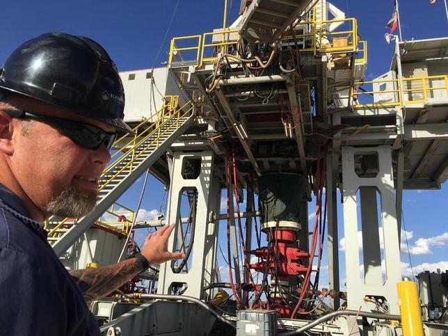 5月15日、アジア時間の取引で原油先物はほぼ横ばい。石油輸出国機構(OPEC)とロシアが協調減産の延長で合意するとの期待が相場を支援する一方、米国の石油掘削リグ稼動数が増加したことが重しとなっている。写真はテキサス州の石油掘削現場。昨年5月撮影(2017年 ロイター)
