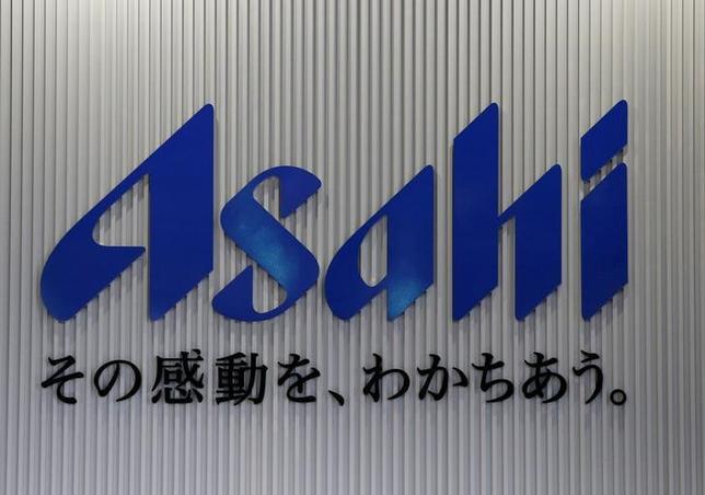 5月15日、アサヒグループホールディングスは、2017年1―3月期(IFRS)が増収増益になったと発表した。好調な飲料事業や買収した西欧ビール事業の上乗せなどが寄与した。海外売上高比率は22%に拡大した。17年12月期の見通しは据え置いた。写真は都内で昨年4月撮影(2017年 ロイター/Yuya Shino)