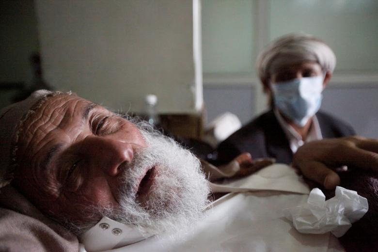 An old man infected with cholera lies on the bed at a hospital in Sanaa, Yemen May 12, 2017. REUTERS/Mohamed al-Sayaghi
