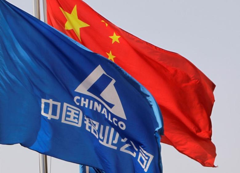 资料图片:2010年3月,中国铝业总部前的中国国旗和公司旗帜。REUTERS/Christina Hu
