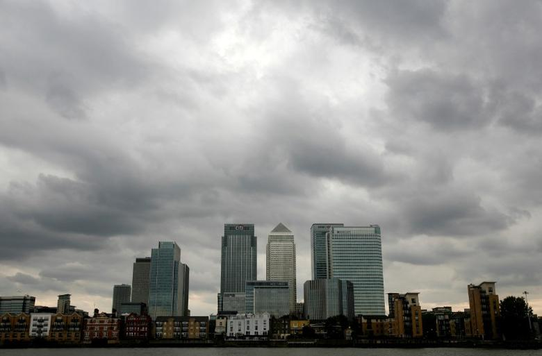 Storm clouds are seen above the Canary Wharf financial district in London, Britain, August 3, 2010.  REUTERS/Greg Bos/Files