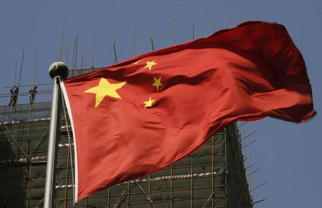 5月16日、中国の第1・四半期GDP成長率は、6.9%と予想外に堅調だったが、足元で財政刺激が縮小され、リスクの高い融資を抑えるための金融引き締めも続いているため、今年の成長ペースは世界金融危機以降で最も低くなりそうだ。写真は同国の国旗。北京で2013年4月撮影(2017年 ロイター/Kim Kyung-Hoon)