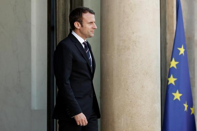 5月18日、複数の世論調査によると、6月に実施されるフランスの国民議会選挙では、マクロン大統領(写真)が率いる新政党「共和国前進(REM)」の過半数確保の可能性が高まっている。写真はパリで16日撮影(2017年 ロイター/Yoan Valat)