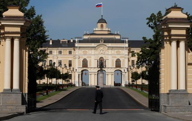 FILE PHOTO: A general view of Konstantinovsky (Konstantin) Palace in the suburbs of St. Petersburg, Russia, September 1, 2013.      REUTERS/Alexander Demianchuk/File Photo