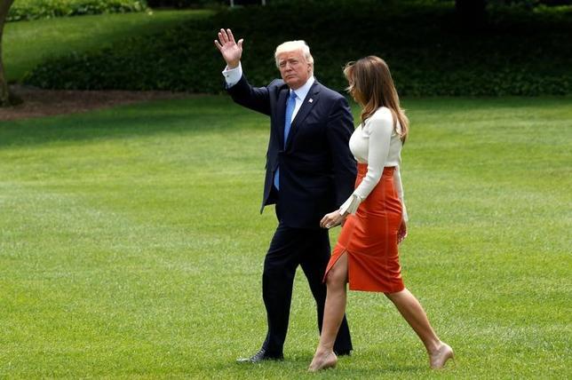 5月19日、NYTによると、トランプ米大統領はロシア当局者との会合で、コミー前FBI長官の解任により、ロシアの米大統領選関与疑惑を巡る捜査に絡む「大きな圧力」が軽減されたと語った。写真はトランプ大統領とメラニア夫人。(2017年 ロイター/Kevin Lamarque)