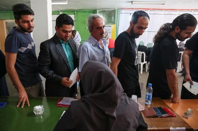 5月19日、イラン内務省は、19日に行われた大統領選の投票数が4000万票を超え、投票率は約70%に達したとの見方を示した。写真はテヘランで投票する有権者たち。提供写真(2017年 ロイター  TIMA/via REUTERS)