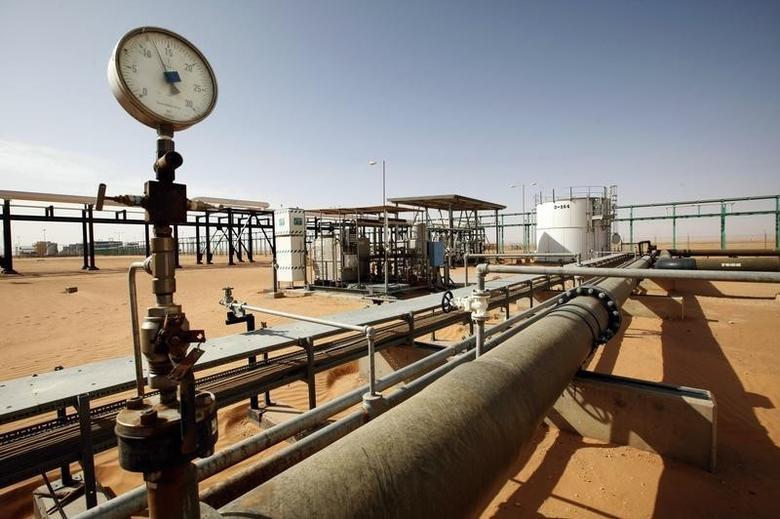 资料图片:2014年12月,利比亚El Sharara油田的管道设施。REUTERS/Ismail Zitouny