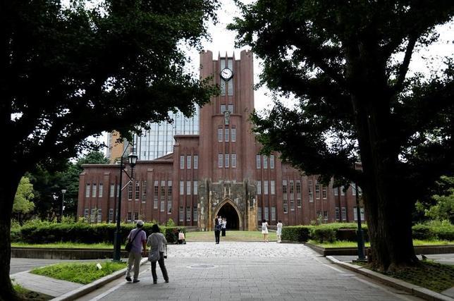 5月22日、自民党の教育再生実行本部(本部長、桜田義孝衆院議員)は、教育無償化を巡る提言を安倍晋三首相に提出した。大学などの高等教育では、在学中の授業料を無償とする一方、卒業後の所得に応じて徴収する新制度の検討を盛り込み、負担の一部を社会に求める考えを示した。写真は東京大学・安田講堂。昨年7月撮影(2017年 ロイター/Toru Hanai)