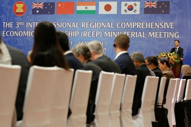 5月22日、東アジア地域包括的経済連携(RCEP)交渉の閣僚会合で、各国間の相違が明らかになり、年内の交渉完了が不透明な状況となった。写真はハノイで撮影(2017年 ロイター/KHAM)
