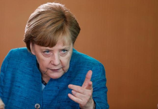 5月22日、ドイツのメルケル首相(写真)はフランスの大統領に就任したマクロン氏について、フランスの失業問題に取り組むよう期待しており、ドイツはマクロン大統領が成功するよう支援する必要があるとの考えを示した。17日撮影(2017年 ロイター/Hannibal Hanschke)