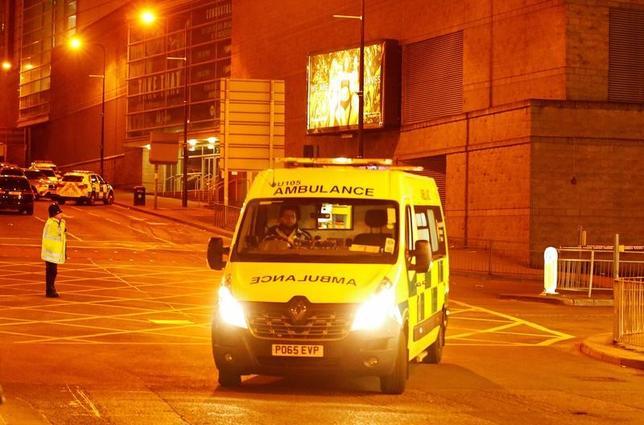 5月22日、米国土安全保障省は、英マンチェスターのコンサート会場で爆発が起き死傷者が出たことを受け、状況を注視していると発表した。写真は同コンサート会場から走り出す救急車。23日に英マンチェスター撮影(2017年 ロイター/Andrew Yates)