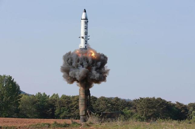 5月23日、在ジュネーブ北朝鮮政府代表部のチュ・ヨンチョル参事官は、国連軍縮会議で、北朝鮮が最近実施したミサイル実験は「十分に発達した核能力」による自衛を目的とした正当な行為であり、国際法に違反しないとの見解を示した。写真は中距離弾道ミサイルの発射実験。朝鮮中央通信(KCNA)提供(2017年 ロイター)