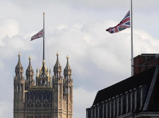 5月23日、マンチェスターの爆発事件で、警察は自爆した男の身元を特定したと明らかにした。写真は半旗を掲げるロンドンの議会。同日撮影(2017年 ロイター/Toby Melville)