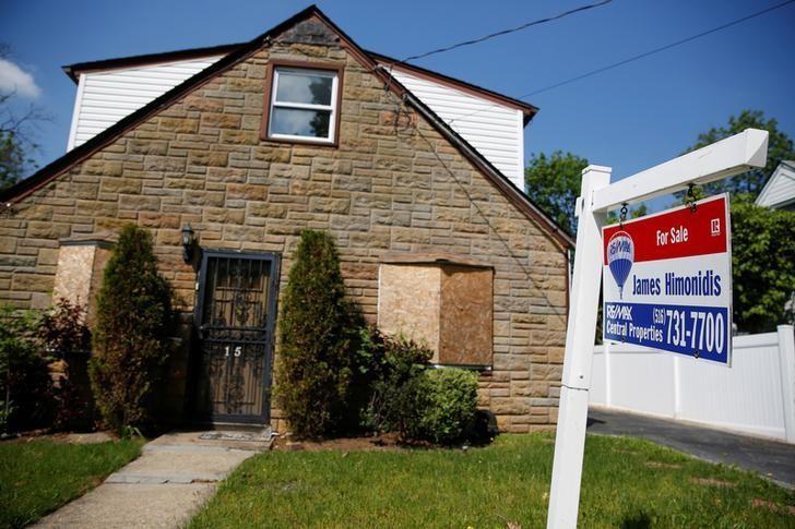 2016年5月23日,美国纽约州加登市,一处独栋房屋外的待售标志。REUTERS/Shannon Stapleton