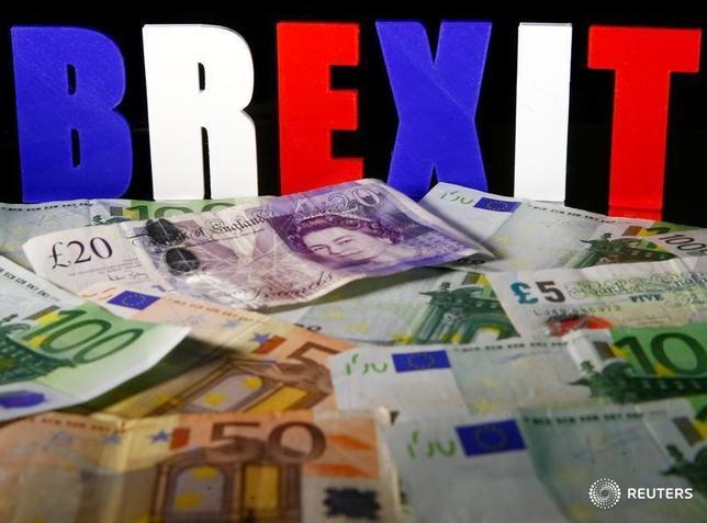 5月25日、英国立統計局が発表した第1・四半期の英国内総生産(GDP)改定値は前期比0.2%増と、速報値の0.3%増から下方改定され、1年ぶりの低い伸びとなった。欧州連合(EU)離脱を決めた昨年の国民投票後の物価上昇が家計支出を圧迫した。4月撮影(2017年 ロイター/Dado Ruvic/Illustration)