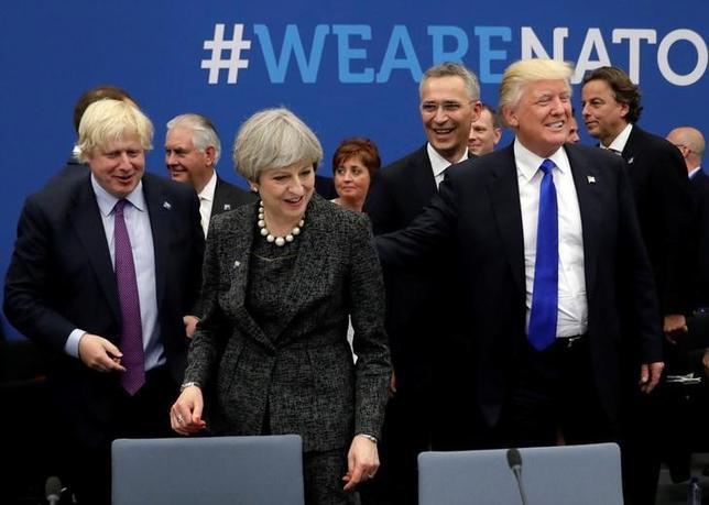 5月25日、トランプ米大統領は、就任後初めて出席した北大西洋条約機構(NATO)首脳会議で、加盟国に応分の財政負担をあらためて求め、過激派を阻止しなければ、英中部マンチェスターで発生した爆破事件のような攻撃が再び起こると訴えた。(2017年 ロイター/Matt Dunham)