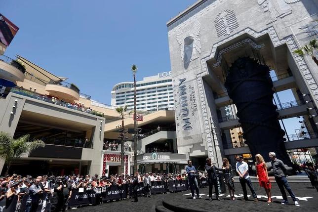 5月25日、米ユニバーサル・ピクチャーズは、映画「ザ・マミー/呪われた砂漠の王女」(日本公開7月28日)のロンドンでのプレミア上映イベントの中止を発表した。英マンチェスターでの自爆事件や、その後の英国でのテロ警戒レベル引き上げを受けた措置。写真はハリウッドで20日撮影。同映画宣伝のための巨大サルコファガス(古代の棺)と出演者ら(2017年 ロイター/Patrick T.Fallon)