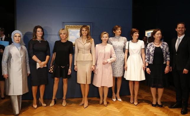 5月25日、NATO首脳会議に出席するトランプ米大統領に同行し、ベルギーの首都ブリュッセルを訪れたメラニア夫人(左から4人目)が、他の出席国首脳夫人らと、市内のルネ・マグリット美術館で絵画を鑑賞した(2017年 ロイター/Francois Lenoir)