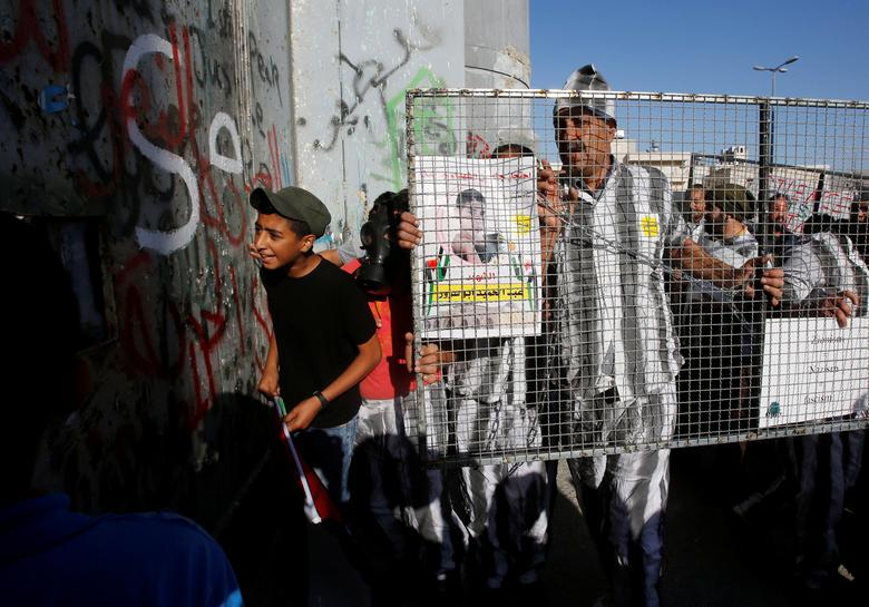 FILE PHOTO: Palestinians take part in a protest in support of Palestinian prisoners on hunger strike in Israeli jails, in the West Bank city of Bethlehem May 4, 2017. REUTERS/Mussa Qawasma
