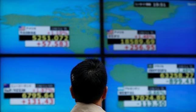 5月29日、寄り付きの東京株式市場で、日経平均株価は前営業日比10円34銭高の1万9697円18銭となり、小反発して始まった。写真は東京で2016年11月撮影(2017年 ロイター/Toru Hanai)