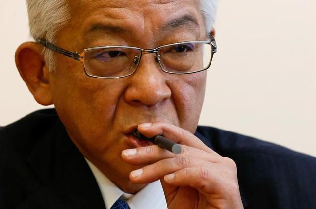 5月29日、JTの小泉光臣社長(写真)は、ロイターとのインタビューで、火を使わない新型たばこ「プルーム・テック」について、2018年末までに約500億円を投資し、紙巻きたばこ換算で約200億本の生産体制を整えると述べた。写真は都内のJT本社で29日撮影(2017年 ロイター/JToru Hanai)