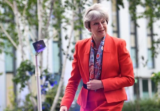 5月29日、メイ英首相(写真)は30日に行う演説で、英国の欧州連合(EU)離脱に対する欧州の姿勢は「攻撃的」との見方を示し、英国には力強いリーダーシップが必要と訴える見通しだ。代表撮影(2017年 ロイター/Stefan Rousseau)
