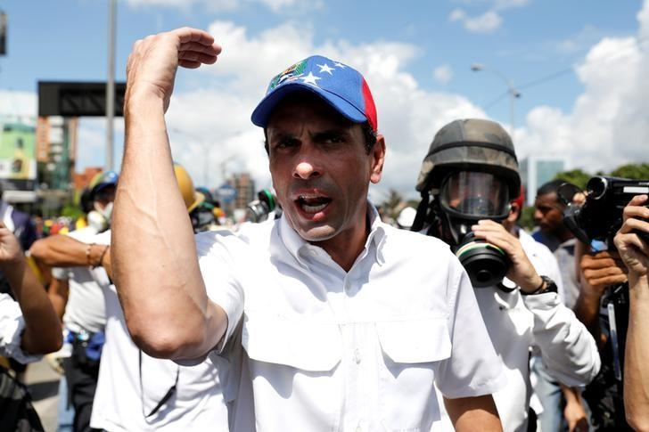Venezuelan opposition leader Henrique Capriles attends a march to state Ombudsman's office in Caracas, Venezuela May 29, 2017. REUTERS/Carlos Garcia Rawlins