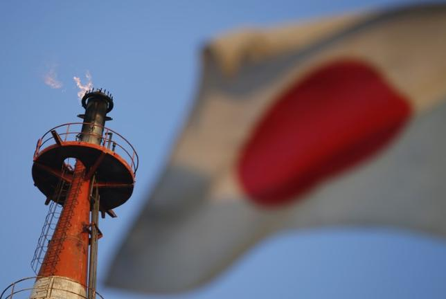 5月31日、経済産業省が発表した4月鉱工業生産指数速報は前月比4.0%上昇となった。指数水準は103.8で08年10月以来の高水準。写真は日本の国旗。川崎市で2012年10月撮影(2017年 ロイター/Toru Hanai)