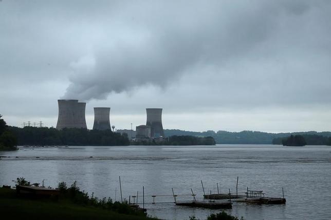 5月30日、1979年に部分的炉心溶融が発生し、米国史上最悪の原発事故が起きたペンシルベニア州のスリーマイル島原子力発電所が、2019年に閉鎖されることになった。原発を所有するエクセロンが明らかにした。写真は同原子力発電所。30日撮影(2017年 ロイター/Carlo Allegri)