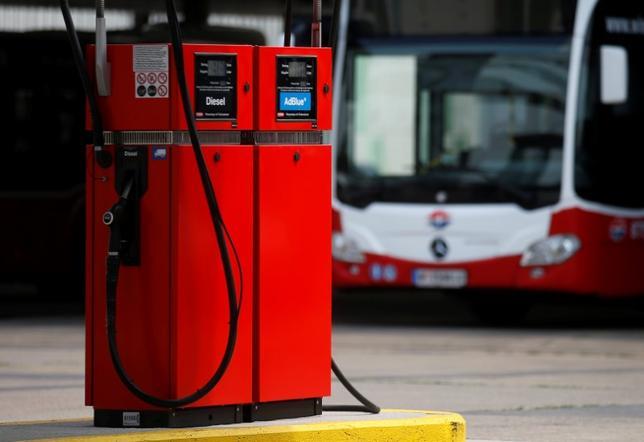 6月1日、原油先物は上昇している。米石油協会(API)の週間統計で、米原油在庫が予想以上に減少したことが材料視されている。ウィーンのバスターミナルで5月撮影(2017年 ロイター/Heinz-Peter Bader)