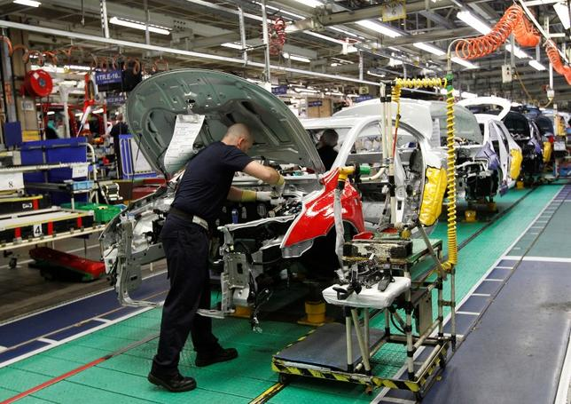 6月1日、マークイット/CIPSが発表した5月の英製造業購買担当者景気指数(PMI)は56.7と、過去3年で2番目の高水準だった。写真はイングランド中部にある自動車工場。2011年3月撮影(2017年 ロイター/Darren Staples/File Photo)